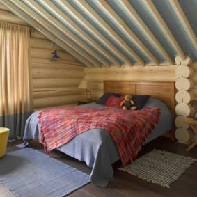 Широкая кровать в детской спальне