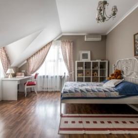 Детская спальня для девочки в мансарде
