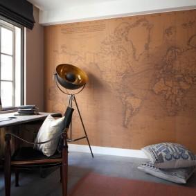 Старая карта на стене домашнего кабинета