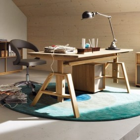 Деревянный стол на круглом ковре