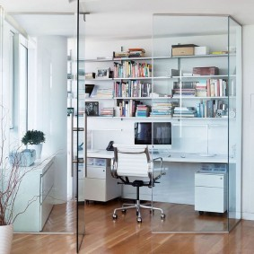 Домашний кабинет за стеклянной перегородкой