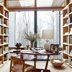 Большое окно в кабинете загородного дома
