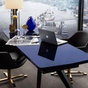 Черный стол перед панорамным окном