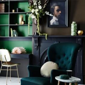 Удобное кресло в кабинете с камином