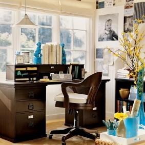 Рабочий стол в светлой комнате