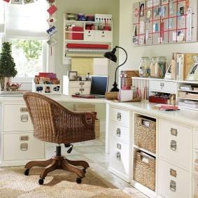 Офисный стул с плетенным сидением