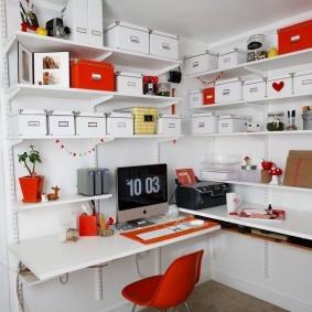 Картонные коробки с офисными принадлежностями на металлическом стеллаже