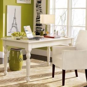 Белый стул с фигурными ножками