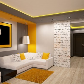 Желтый коврик перед белым диваном