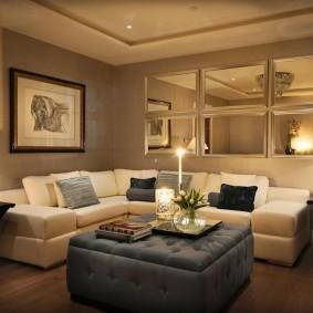 Зеркала в гостиной комнате современного стиля