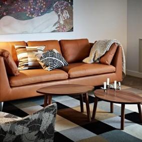 Прямой диван с кожаной обивкой