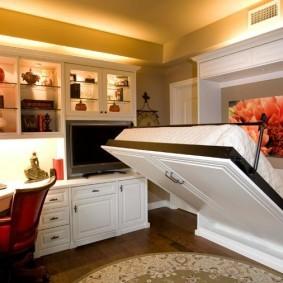 Откидная кровать в комнате с рабочим столом