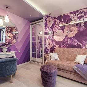 Фиолетовые обои в комнате квартиры