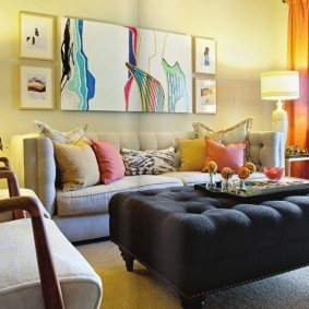 Светло-желтая стена за раскладным диваном