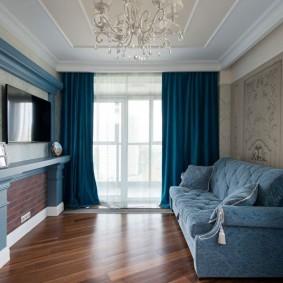 Синие занавески в комнате с паркетным полом