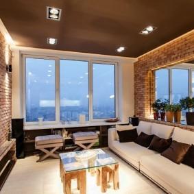 Коричневый потолок в комнате с большим зеркалом