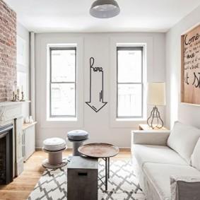 Светлая гостиная с узкими окнами
