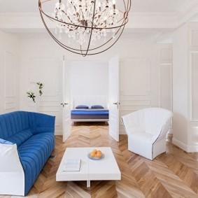 Белый интерьер комнаты с паркетом на полу