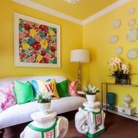 Яркая окраска стен в небольшой гостиной