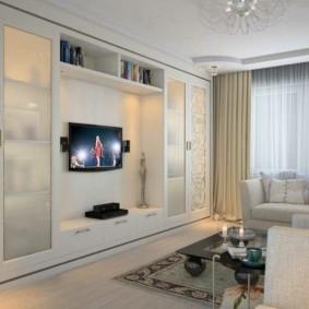 Встроенные шкафы со стеклянными вставками