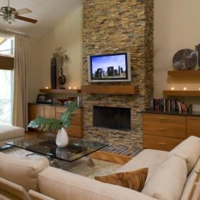Интерьер гостиной с телевизором на камине