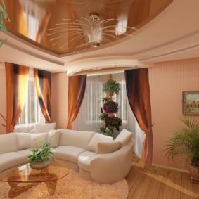 Дугообразный диван с белой обивкой