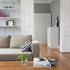 Белые двери в гостиной с ламинатом