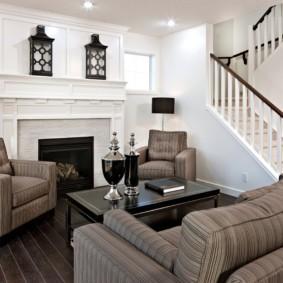 Место для отдыха в холле с лестницей