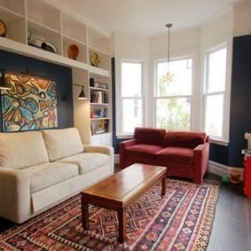 Два дивана контрастной расцветки в одной комнате