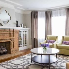 Кирпичный камин в светлой гостиной