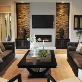 Черная мебель в гостиной частного дома