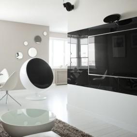 Черная стена в белой комнате