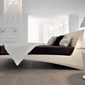 Стильная кровать в молодежной спальне
