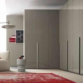 Серый угловой шкаф с глянцевыми фасадами