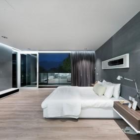 Белая кровать в спальне хай тек