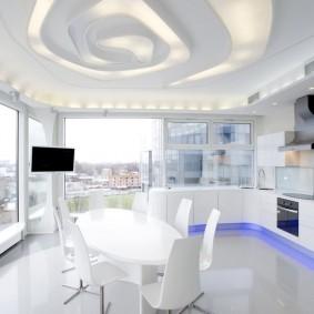 Светлая кухня с большими окнами