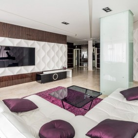 темно-фиолетовые подушки на белом диване