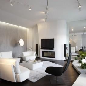 Белый диван дугообразной формы