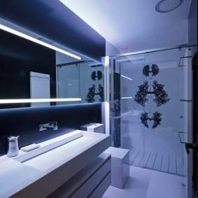 Зеркало во всю стены ванной комнаты