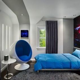 Голубое одеяло на широкой кровати