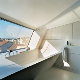 Встроенная ванна перед большим окном