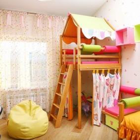 Двухэтажный домик для игр в детской