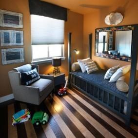 Полосатый пол в комнате мальчика