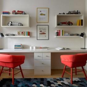 Красные стулья в белой комнате