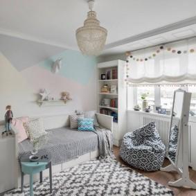 Стеклянная люстра на потолке детской