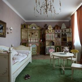 Детская мебель на зеленом ковре