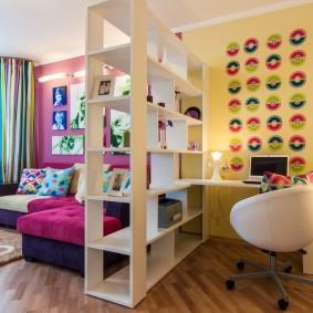 Стеллаж в роли разделителя детской комнаты