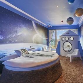 Круглая кровать в детской спальне