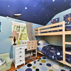 Синий потолок в детской спальне