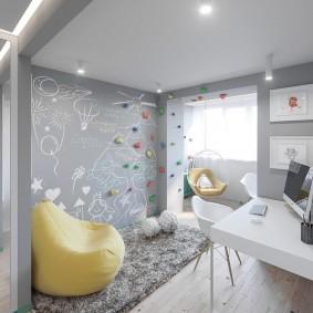 Светло-серые стены небольшой комнаты